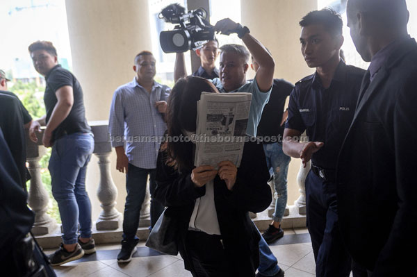 Yong (tengah) keluar dari Mahkamah Sesyen semalam selepas dihadapkan ke mahkamah atas tiga pertuduhan membuat tuntutan yang mengandungi butiran palsu dalam urusan kerja-kerja cari gali melibatkan wang berjumlah hampir RM20 juta, tiga tahun lalu. — Gambar Bernama