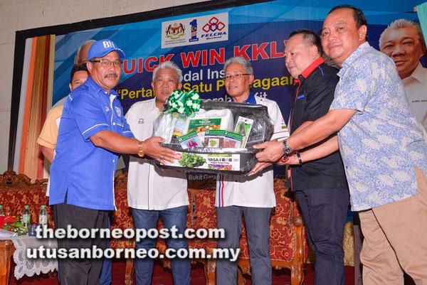 Bung Moktar menyampaikan Kit Fertigasi Pertanian kepada salah seorang penerima di Dewan Sri Lamag.