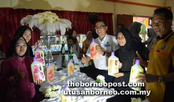 Mohd Fazli (tiga kanan) bersama pelajar PVMA mempamerkan antara produk yang berjaya dihasilkan.