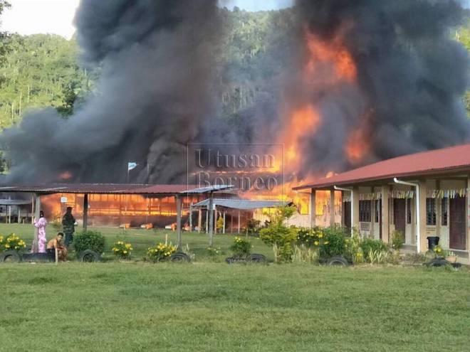 Keadaan SK Nunuk Ragang semasa kebakaran kira-kira jam 4 petang tadi.