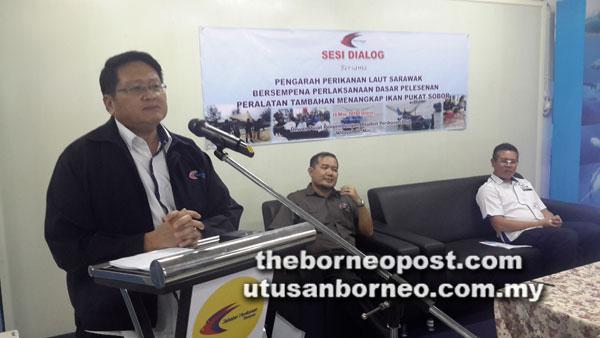 Belayong pada sesi taklimat mengenai pelaksanaan Dasar Pelesenan Peralatan Tambahan Menangkap Ikan Pukat Subor di Pejabat Perikanan Laut Wilayah III Miri, semalam.