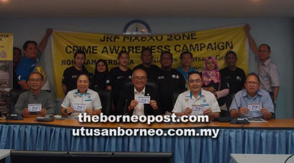 Yii (duduk tengah) bersama kaunselor dan ahli JKP Zon Pujut mengalu-alukan orang awam bagi menjayakan program pendaftaran JKP Zon Piasay pada hari ini.