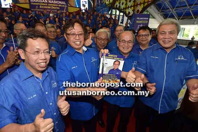 Abang Johari (dua kiri) menunjukkan buku Manifesto BN Sarawak PRU14 pada majlis pelancarannya di Ibu Pejabat PBB, semalam. Turut kelihatan (dari kanan) Timbalan-Timbalan Ketua Menteri Datuk Amar Awang Tengah Ali Hasan, Datuk Amar Douglas Uggah Embas dan Tan Sri Datuk Amar James Jemut Masing serta Dr Sim (kiri).