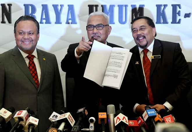 Mohd Hashim (tengah) selepas mengumumkan tarikh penamaan calon serta Pilihan Raya Umum ke-14 di ibu pejabat Suruhanjaya Pilihan Raya semalam. — Gambar Bernama