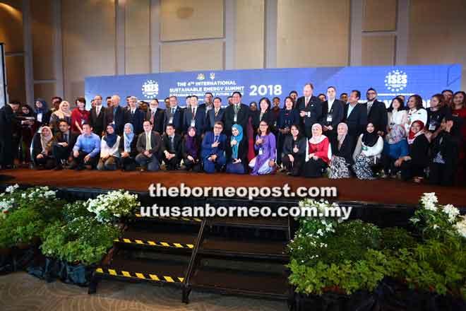 Delegasi ISES 2018 merakam kenangan bersama Dr Rundi serta tetamu kenamaan lain. — Gambar Muhd Rais Sanusi