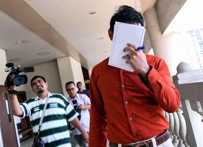 Mohd Asrul Alwin dan Ainin Syazwani (gambar bawah) selaku orang kena saman (OKS) keluar dari mahkamah selepas didenda RM3,000 oleh Mahkamah Sesyen semalam kerana membuat komunikasi palsu di laman sosial Facebook berhubung laporan kontena dipercayai berisi daging babi bercampur daging kambing yang dibawa masuk dari Sepanyol, tahun lalu. — Gambar Bernama
