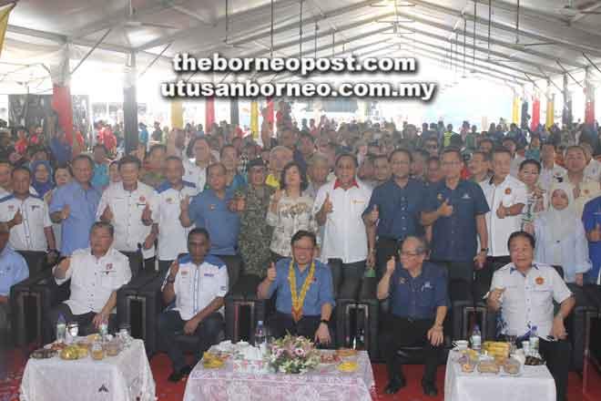 Abang Johari (tengah) bersama (dari kiri) Morshidi, Dr Irwan, Uggah dan Wong merakamkan kenangan bersama pemimpin lain dan masyarakat yang memeriahkan Fiesta NBOS di Dewan Suarah Sarikei, semalam.