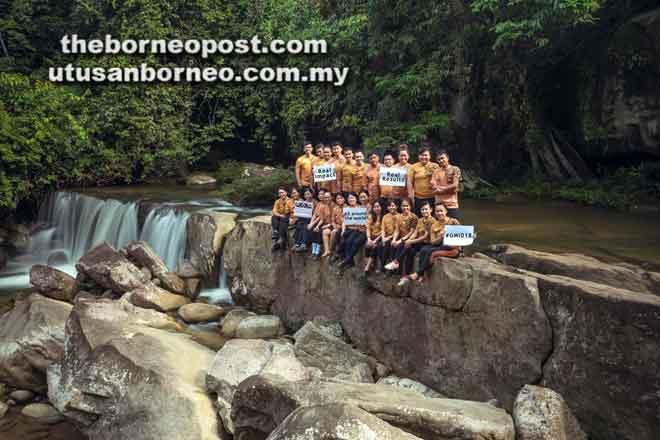 Pihak UCSI dan sukarelawan Seminar Kesedaran Pelancongan Masyarakat Bidayuh bergambar bersama di Kampung Taba Sait, BRS, Puncak Borneo baru-baru ini.