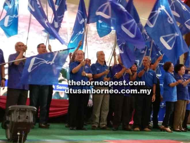 Uggah bersama barisan jentera pilihan raya Zon 5 dan Parlimen Betong mengibarkan bendera BN pada majlis itu.