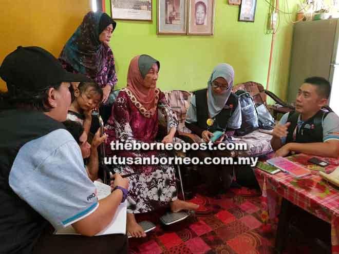 Unit PROJKMS ketika mengadakan lawatan ke rumah Isot di Kampung Dagang, Lundu.