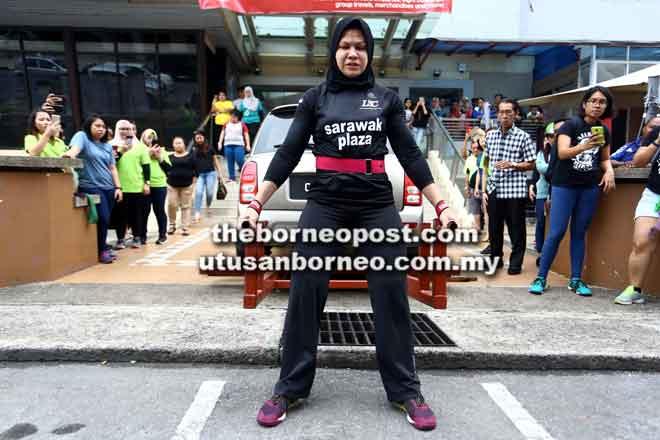 Aksi Husnul ketika mengangkat sebuah kereta Kelisa di hadapan pintu utama Sarawak Plaza di Kuching semalam.