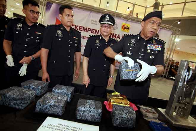 Mohd Khalil (kanan) menunjukkan dadah jenis syabu bernilai RM566,000 dalam satu serbuan di sebuah rumah di Tangkak pada Rabu lalu, pada sidang media selepas perasmian program derma darah di Paradigm Mall, dekat Johor Bahru, semalam. — Gambar Bernama