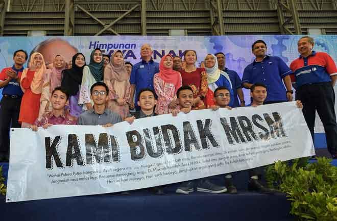 Najib bergambar bersama sebahagian pelajar MRSM pada Perhimpunan Saya Anak MARA di Universiti Kuala Lumpur (UNiKL) di ibu negara semalam. — Gambar Bernama