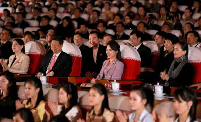 Gambar yang dirakam kelmarin dan diserahkan KCNA semalam menunjukkan (barisan tengah dari kiri) Kim Yo Jong, Song Tao dan Ri Sol Ju menyaksikan persembahan balet oleh Balet Negara China di Pyongyang. — Gambar AFP