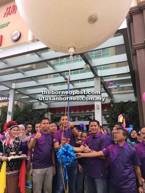 Fazzrudin melakukan simbolik perasmian Program Jelajah Milenia Negeri Sarawak di Kuching, baru-baru ini.
