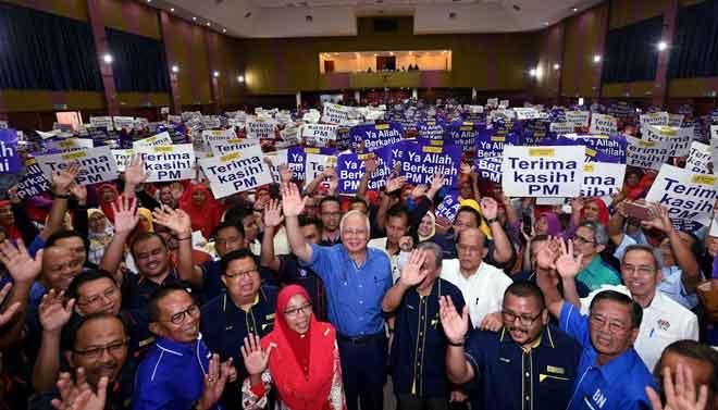 Najib (tengah) bersama Usahawan Amanah Ikhtiar ketika hadir majlis Perasmian Himpunan Usahawan Amanah Ikhtiar Malaysia Parlimen Pekan, semalam. — Gambar Bernama