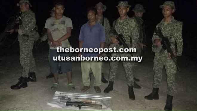 Kedua-dua suspek ditahan oleh pasukan 13RAMD semasa melakukan pengawalan sempadan Sarawak-Kalimantan Barat.