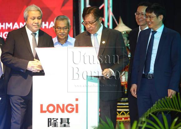 Abang Johari menandatangani plak sempena majlis perasmian LONGi (Kuching) Sdn Bhd sambil disaksikan (dari kiri) Awang Tengah, Talip dan Pengerusi LONGi, Zhong Boashen (kanan).