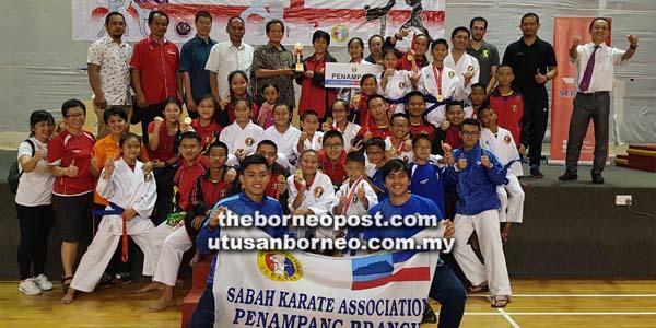 SKA Penampang bersama tetamu kehormat merai kejayaan mereka menjuarai Kejohanan Karate Kadet, Remaja dan Dibawah 21 Tahun Peringkat Negeri Sabah Ke-17, 2018 di Dewan Serbaguna KSKK, Likas pada Ahad.