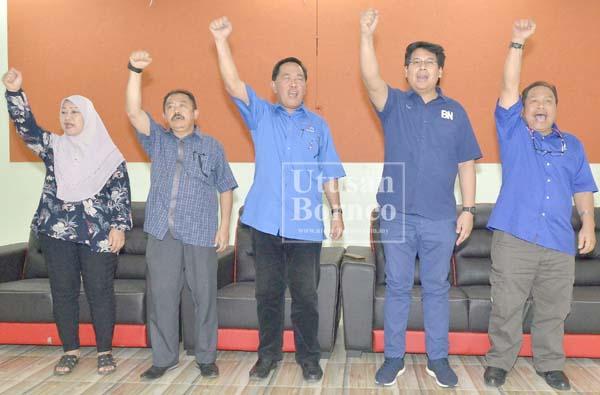 SAPAWI dan Hafez bersama barisan kepimpinan Umno Sipitang melaungkan 'Tatap BN' sejurus taklimat tersebut.