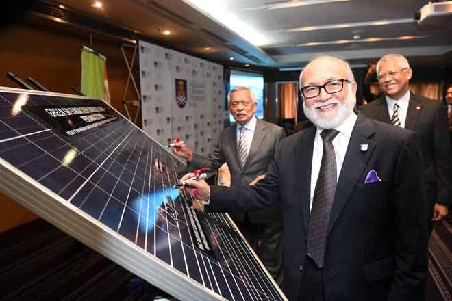 Ahmad Zaidee merasmikan Green Sri Sukuk bagi pembiayaan projek milik UiTM untuk pembangunan jana kuasa elektrik solar PV berskala besar berkapasiti 50MW di Putrajaya, kelmarin. — Gambar Bernama