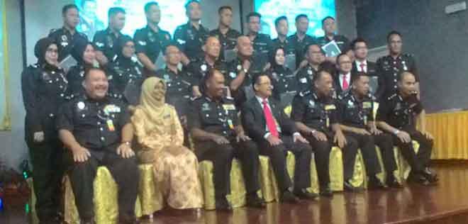 Zulkiflee serta pegawai-pegawai bergambar bersama para penerima anugerah dari Penjara Puncak Borneo.