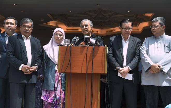 Tun Dr Mahathir ketika sidang media selepas mempengerusikan Mesyuarat Majlis Presiden Pakatan Harapan di Yayasan Al-Bukhary hari ini. - Gambar Bernama.