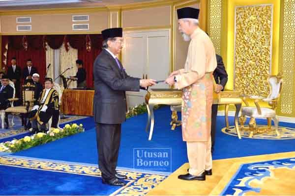 MUSA menerima watikah pelantikan sebagai Ketua Menteri dari Juhar.