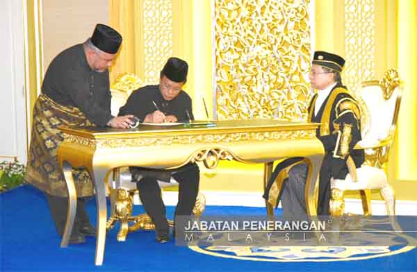 SHAFIE menandatangani surat pelantikan sebagai Ketua Menteri Ke-15.