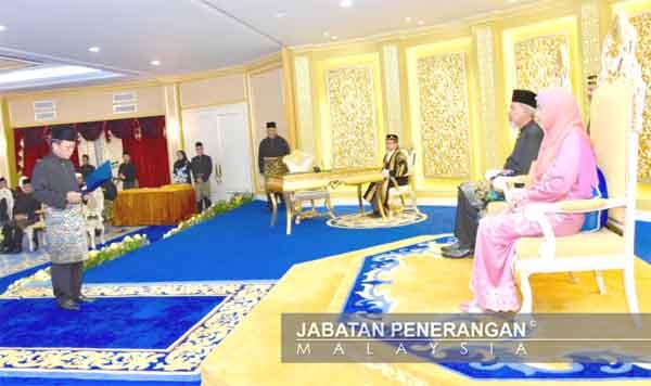 SHAFIE mengangkat sumpah sebagai ketua menteri di hadapan Tun Juhar dan isteri.