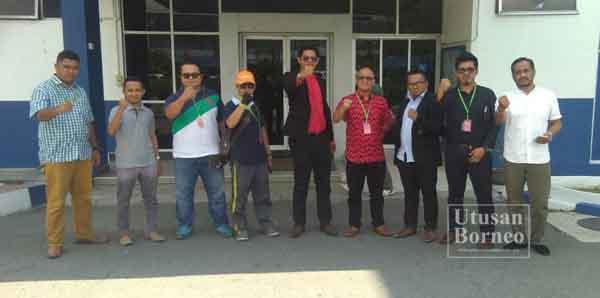 DATU Mohd Fadli (tengah) bersama ahli Gerakan NGO Malaysia selepas membuat laporan polis.