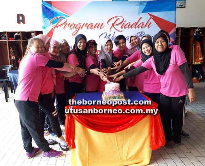 Isteri-isteri anggota BBP Lawas memotong kek bersama.