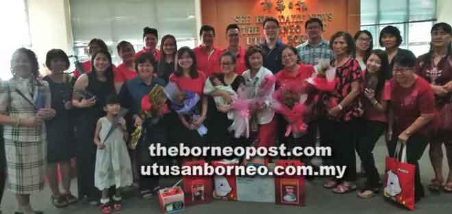 Para pemenang bergambar kenangan selepas menerima hadiah masing-ma-sing, kelmarin.