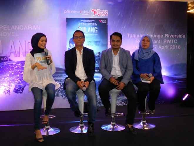 Ketua Pegawai Eksekutif Primeworks Studios Datuk Ahmad Izham Omar (dua dari kiri), Pengarah Urusan Penerbitan Karya Seni Sdn Bhd Datuk Seri Wan Mohd Muzri Ramli dan penulis novel.