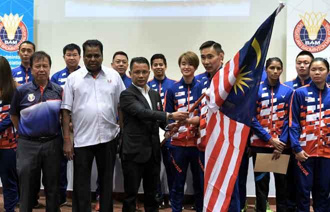 Norza menyerahkan bendera kepada Chong Wei pada program memperkenalkan Skuad Malaysia bagi Piala Thomas dan Piala Uber di Kuala Lumpur semalam. — Gambar Bernama