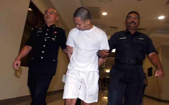 Mohd Moriff (tengah) diiringi anggota polis keluar dari Mahkamah Tinggi selepas dijatuhkan hukuman gantung sampai mati kerana didapati bersalah mengedar 61.21 gram dadah jenis metamfetamina, dua tahun lalu. — Gambar Bernama