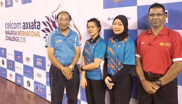 ANOTHNY Linggian (dari kiri), Noratikah, Nur Zulaikha dan Vickneswaran merakam kenangan bersama papantanda kejohanan.