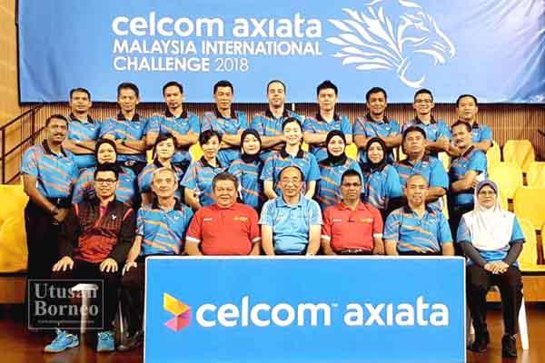 REFERI kejohanan Nguyen Quang Kieu Khuyen (depan tiga dari kiri) bersama Anthony, Vickneswaran serta referi, pengadil serta pegawai teknikal kejohanan yang bertugas semasa Cabaran Antarabangsa Malaysia 2018 di Stadium Juara, Kompleks Sukan Bukit Kiara, Kuala Lumpur baru-baru ini.