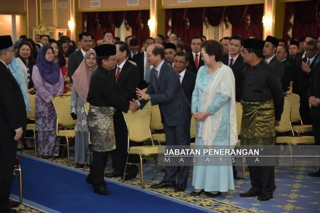 SHAFIE (tengah) bersalaman dengan Madius (tiga kanan) sebaik tiba di Istana Negeri. Turut kelihatan Christina (dua kanan) dan Jaujan (kanan).