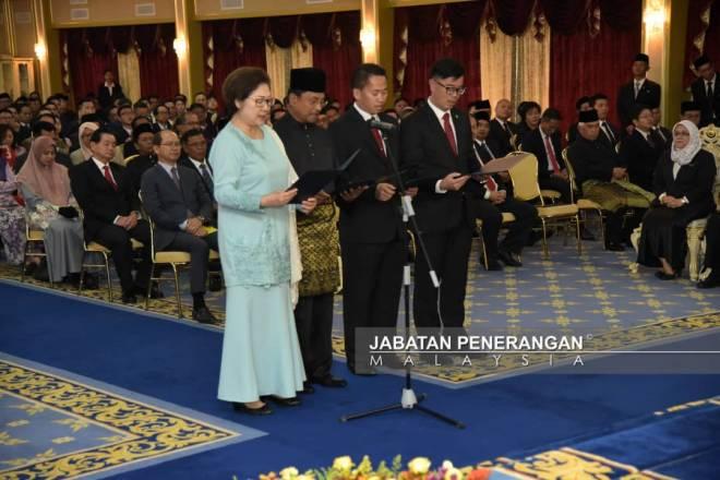 CHRISTINA (dari kiri), Jaujan, Anthony dan Junz mengangkat sumpah sebagai jemaah menteri negeri Sabah.