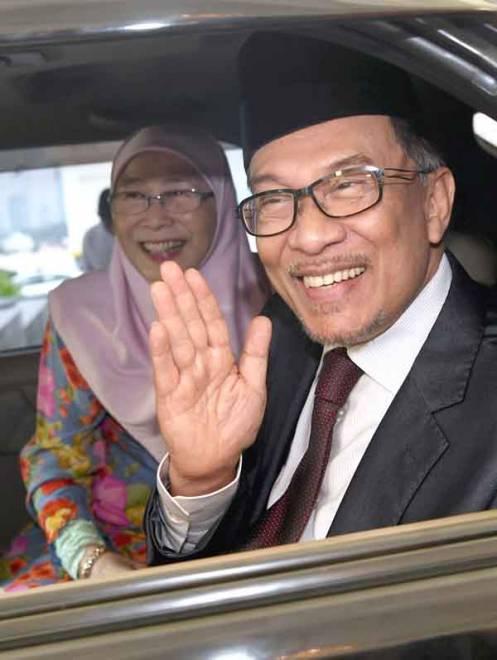 BEBAS .. Anwar Ibrahim dan isteri yang juga Presiden PKR Datuk Seri Dr Wan Azizah Wan Ismail selepas menghadap Yang di-Pertuan Agong Sultan Muhammad V di Istana Negara hari ini. Sultan Muhammad V berkenan memberi pengampunan penuh kepada Anwar dan diberikan kebebasan serta-merta.