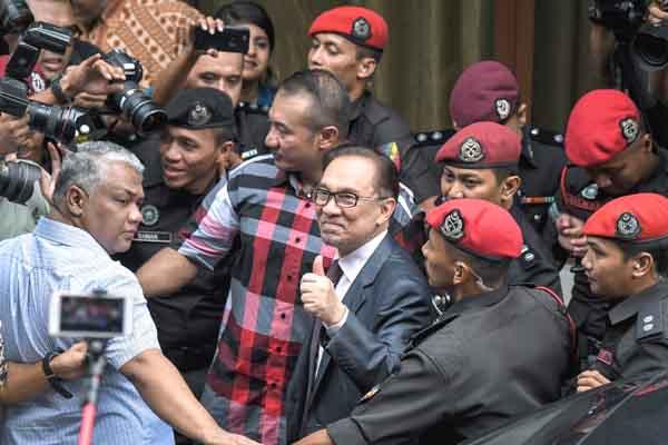 PULANG ... Anwar Ibrahim tiba di perkarangan rumahnya di Segambut hari ini. Anwar, 71, dibebaskan serta-merta setelah rayuan pengampunan penuhnya yang diputuskan Lembaga Pengampunan mendapat perkenan Yang di-Pertuan Agong Sultan Muhammad V.