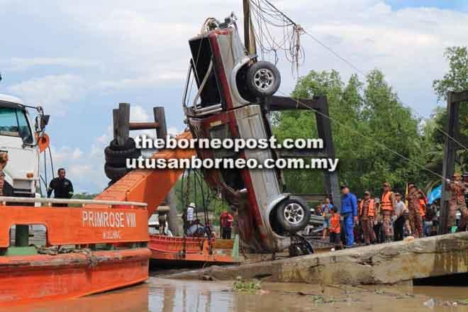 Pasukan operasi berjaya mengangkat kereta mangsa yang kemudian diletakkan di atas jeti untuk memudahkan anggota penyelamat mengeluarkan mayat mangsa.