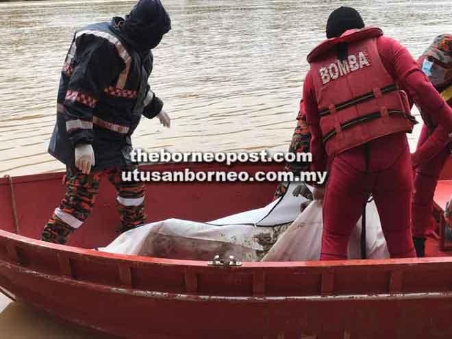 Pasukan BBP Song membawa mayat mangsa menaiki bot sebelum dihantar ke Hospital Kapit.