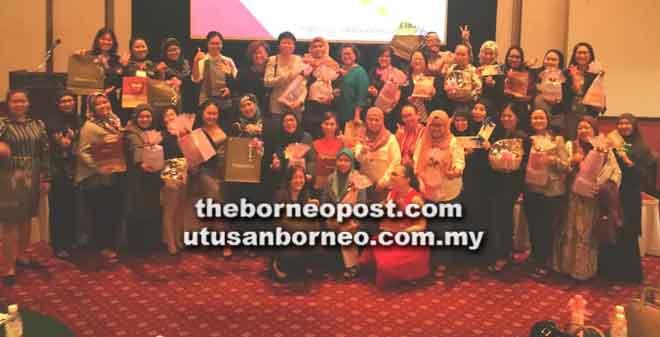 Para peserta merakamkan gambar kenangan semasa menyertai 'The Ultimate ABCD Admin Professional Conference 2018' di Kuching, baru-baru ini.