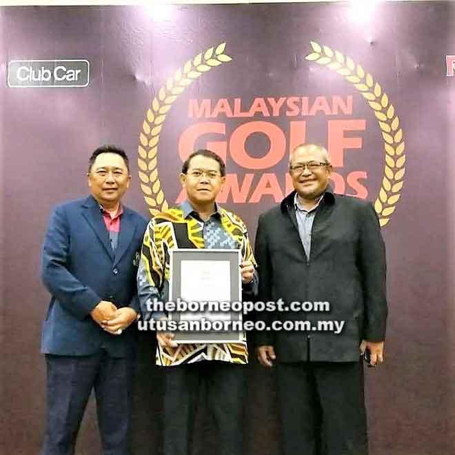 Edwin (tengah) bersama Roslan dan pengurus kegiatan kelab Zekaria Husaini pada Majlis Anugerah Golf Malaysia 2018 baru-baru ini.