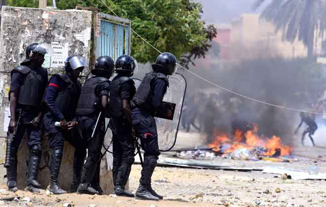 Polis bertempur dengan pelajar di Universiti Cheikh Anta Diop di Dakar, Senegal kelmarin. — Gambar AFP