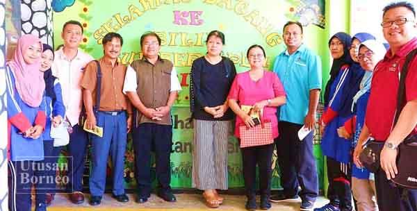 YUSOF (lima kiri) bersama rombongan guru-guru dari SK Lok Yuk mengabadikan gambar kenangan di hadapan Bilik Sumber PPDa SK Merintaman.