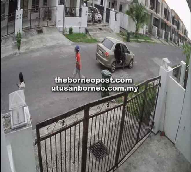 Rakaman kamera litar tertutup (CCTV) dari salah sebuah rumah berjaya merakam kejadian seorang suspek dalam cubaan meragut seorang wanita.