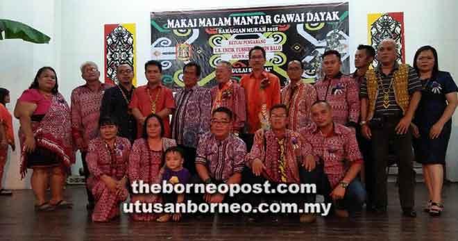 Francis (berdiri, enam kiri) bersama barisan tetamu jemputan pada Majlis Pra-Gawai Dayak peringkat Bahagian Mukah, baru-baru ini.